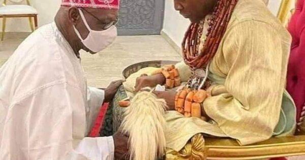 Obasanjo kneels before Olu of Warri